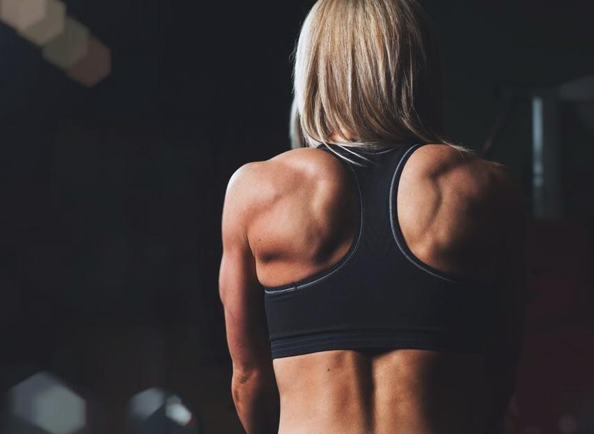 肩背中の筋肉女性イメージ