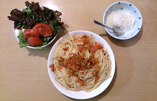 地中海食の一例(サラダ、トマトパスタ、チーズ)